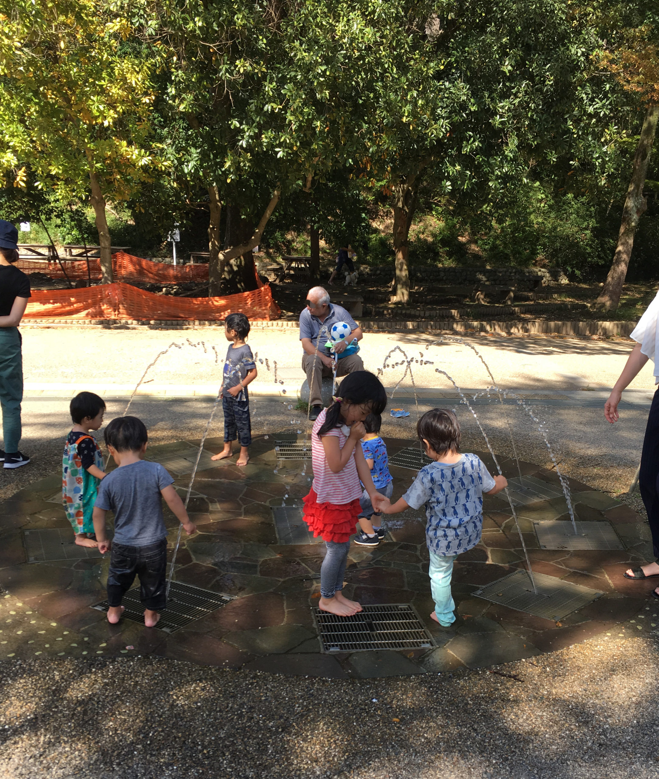 生田緑地の噴水で水遊び